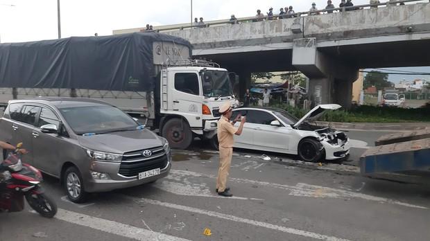TP.HCM: Xế hộp BMW bẹp dúm sau tai nạn liên hoàn, tài xế tung cửa thoát thân - Ảnh 2.