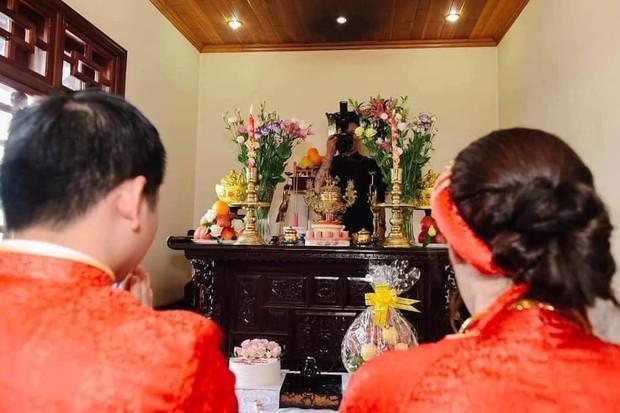 Hình ảnh cô dâu chú rể gặp thợ chụp ảnh có tâm quá mức, đứng núp sau... bàn thờ tác nghiệp gây tranh cãi - Ảnh 1.
