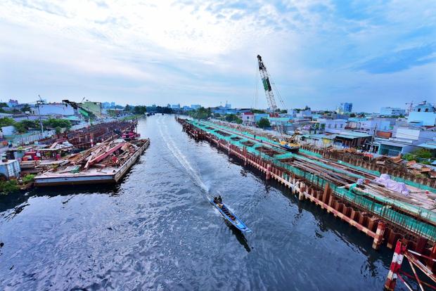 Cần cẩu công trình chống ngập 10.000 tỷ ở Sài Gòn đè sập nhà dân, nhiều người la hét kêu cứu - Ảnh 1.