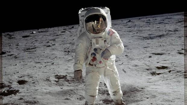 Người đàn ông mua nhầm những thước phim đầu tiên được quay trên Mặt trăng với giá 218 USD sắp trở nên giàu sụ - Ảnh 1.