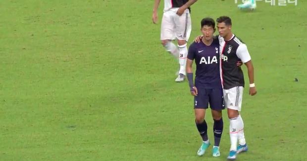 Lẻn vào sân, cậu bé ở Singapore không bị bảo vệ lôi ra ngoài mà còn khiến trẻ em toàn thế giới phải ngưỡng mộ vì được hưởng quá nhiều đặc quyền từ Ronaldo - Ảnh 6.