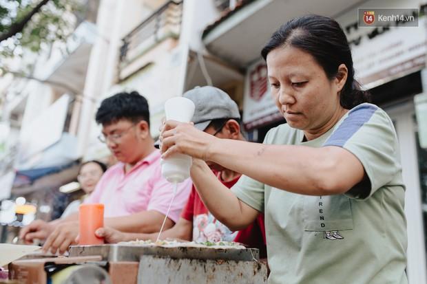 Hôm nay trời thật đẹp, nhưng tôi không thể nói và nghe - câu chuyện cảm động của hàng bánh tráng giữa lòng Sài Gòn - Ảnh 2.
