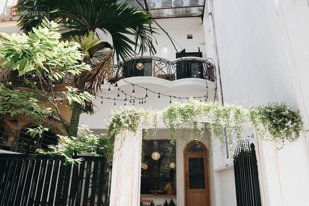 Ghé hai tiệm cafe cùng tông trắng xinh đang được check-in đông đảo nhất ở Hà Nội, mùa hè này đã có quán mới để dừng chân - Ảnh 2.