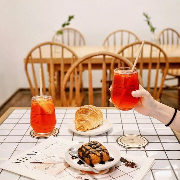 Ghé hai tiệm cafe cùng tông trắng xinh đang được check-in đông đảo nhất ở Hà Nội, mùa hè này đã có quán mới để dừng chân - Ảnh 11.
