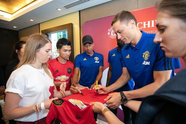 Siêu sao của Manchester United ký tặng hot boy Việt Nam trên đất Singapore - Ảnh 2.