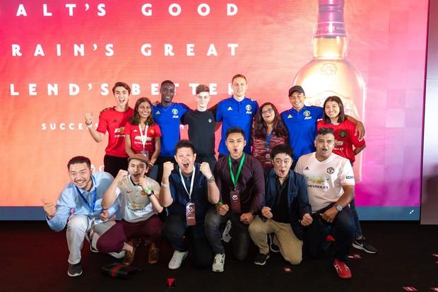 Siêu sao của Manchester United ký tặng hot boy Việt Nam trên đất Singapore - Ảnh 3.