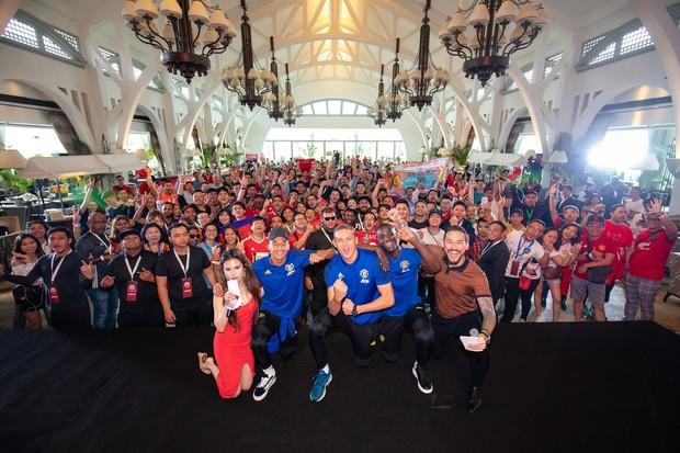 Siêu sao của Manchester United ký tặng hot boy Việt Nam trên đất Singapore - Ảnh 4.
