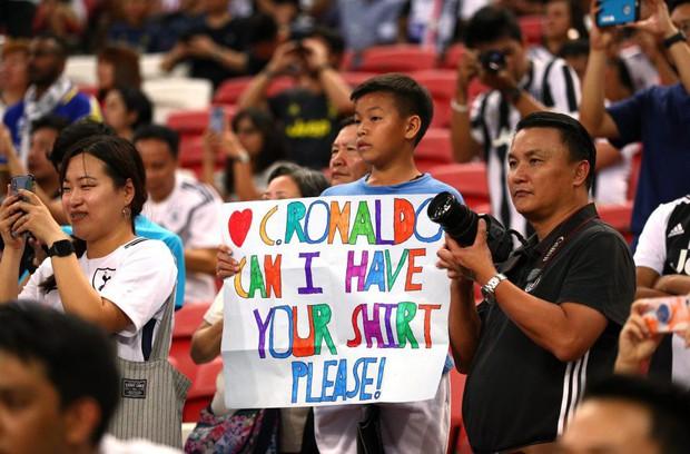 Lẻn vào sân, cậu bé ở Singapore không bị bảo vệ lôi ra ngoài mà còn khiến trẻ em toàn thế giới phải ngưỡng mộ vì được hưởng quá nhiều đặc quyền từ Ronaldo - Ảnh 5.