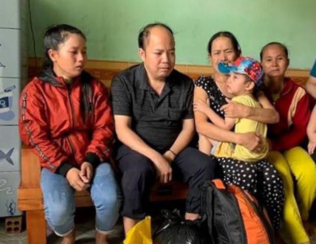 Em bé bị cho đi lúc 9 tháng tuổi, khóc thét ngày gặp lại mẹ - Ảnh 2.