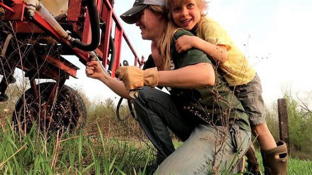Nông dân triệu view ở Mỹ kiếm tiền từ YouTube nhiều hơn từ mùa màng - Ảnh 2.