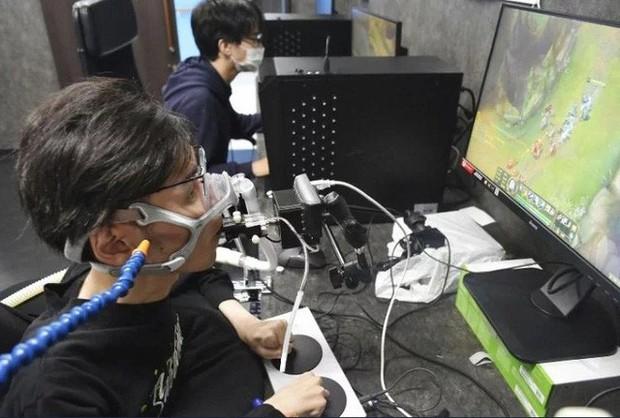 LMHT Nhật Bản tổ chức giải đấu cho người tàn tật, gear xịn đến mức dùng nhịp thở để điều khiển chuột - Ảnh 3.