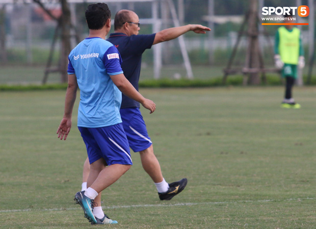 Trợ lý bất lực, HLV Park Hang-seo lao vào sân đích thân dạy bảo cầu thủ U22 Việt Nam - Ảnh 4.