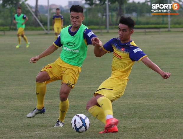 Trợ lý bất lực, HLV Park Hang-seo lao vào sân đích thân dạy bảo cầu thủ U22 Việt Nam - Ảnh 8.