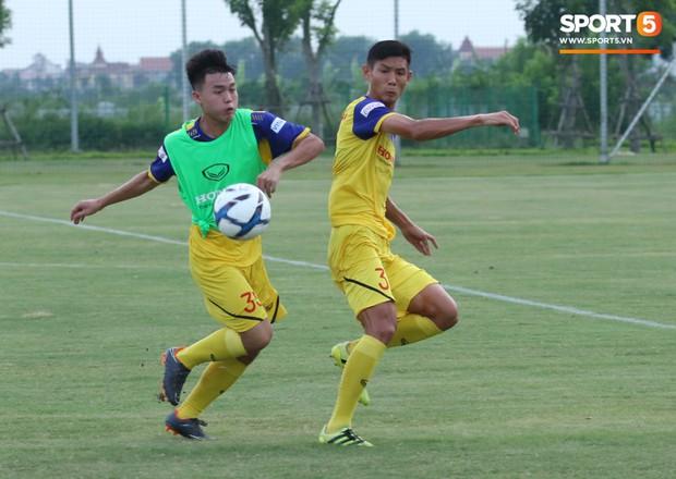 Trợ lý bất lực, HLV Park Hang-seo lao vào sân đích thân dạy bảo cầu thủ U22 Việt Nam - Ảnh 7.