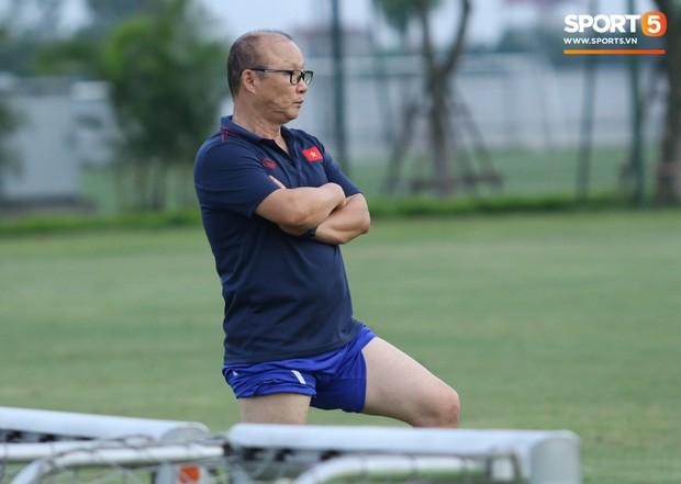 Trợ lý bất lực, HLV Park Hang-seo lao vào sân đích thân dạy bảo cầu thủ U22 Việt Nam - Ảnh 6.