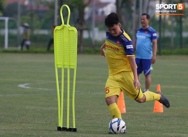 Trợ lý bất lực, HLV Park Hang-seo lao vào sân đích thân dạy bảo cầu thủ U22 Việt Nam - Ảnh 2.