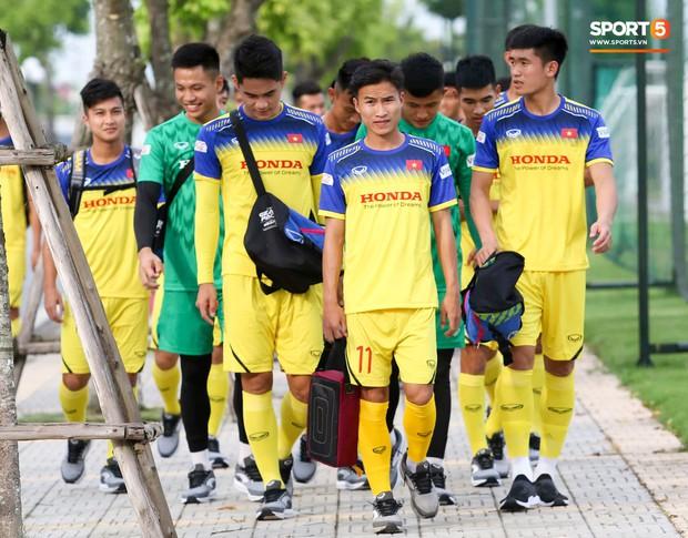 Tuyển thủ U23 Việt Nam than khó khi biết sẽ phải đá sân cỏ nhân tạo ở SEA Games 2019 - Ảnh 1.