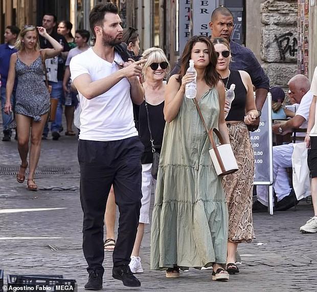 Chẳng ngại để mặt mộc và khoe bắp tay to, Selena Gomez vẫn được khen ngợi nhờ gương mặt tròn  - Ảnh 2.