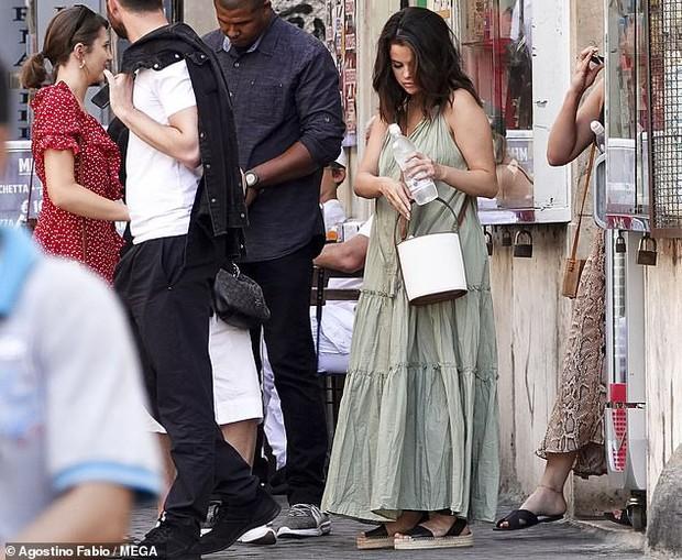 Chẳng ngại để mặt mộc và khoe bắp tay to, Selena Gomez vẫn được khen ngợi nhờ gương mặt tròn  - Ảnh 5.