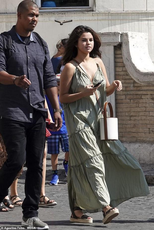Chẳng ngại để mặt mộc và khoe bắp tay to, Selena Gomez vẫn được khen ngợi nhờ gương mặt tròn  - Ảnh 1.