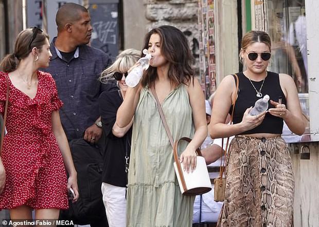 Chẳng ngại để mặt mộc và khoe bắp tay to, Selena Gomez vẫn được khen ngợi nhờ gương mặt tròn  - Ảnh 6.