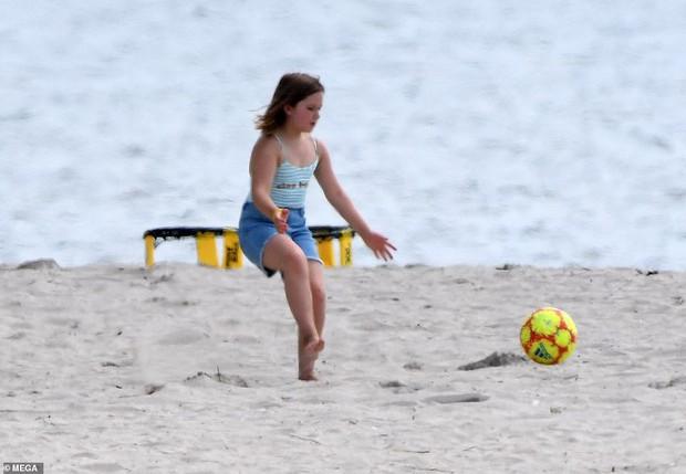 3 anh em nhà Beckham đá bóng trên bờ biển, Harper quá đáng yêu nhưng Romeo giật spotlight nhờ màn cởi trần khoe body - Ảnh 7.