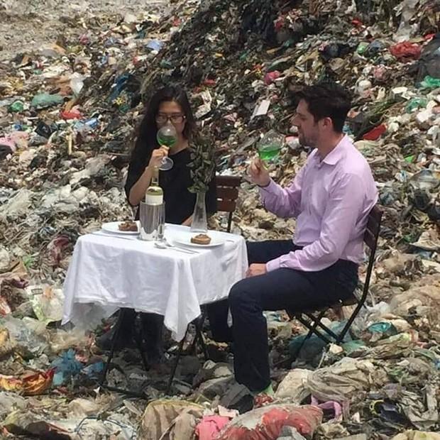 Hình ảnh cặp đôi dùng bữa giữa bãi rác lớn nhất Thủ đô khiến nhiều người giật mình: Một tương lai ăn ngủ cùng rác đang dần hiện hữu? - Ảnh 4.