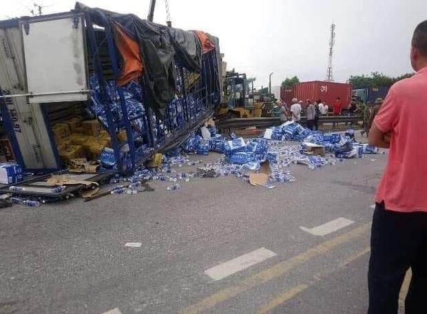 Nóng: 5 người bị ô tô tải lật đè tử vong khi đứng gần hiện trường tai nạn giao thông ở Hải Dương - Ảnh 1.