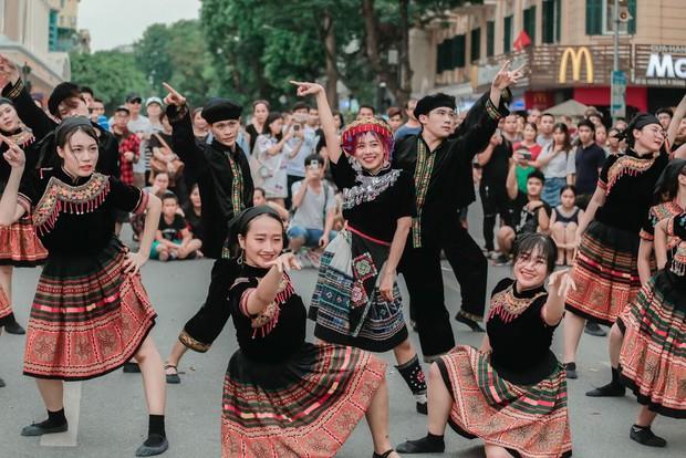 Dance cover Hãy trao cho anh quá chất, nhóm nhảy của ĐH Thương mại được Sky nhận xét xuất sắc không kém Sơn Tùng - Ảnh 3.