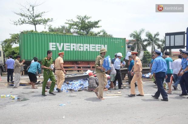 Ảnh: QL5 ùn tắc kéo dài, hàng ngàn phương tiện chôn chân dưới nắng nóng sau vụ tai nạn kép khiến 6 người tử vong ở Hải Dương - Ảnh 2.