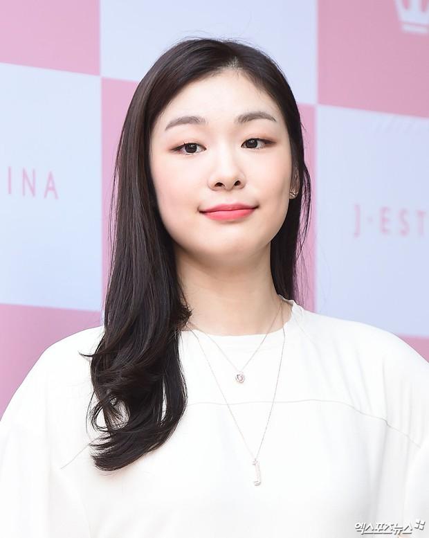 Hyuna lộ áo ngực phản cảm, lấn át cả nữ hoàng trượt băng nghệ thuật Kim Yuna nhờ... môi tều vượt mặt ở sự kiện - Ảnh 8.