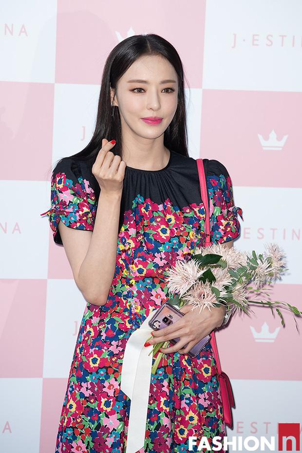 Hyuna lộ áo ngực phản cảm, lấn át cả nữ hoàng trượt băng nghệ thuật Kim Yuna nhờ... môi tều vượt mặt ở sự kiện - Ảnh 12.