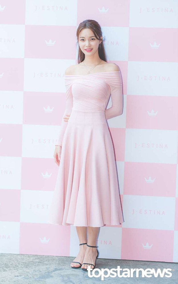 Hyuna lộ áo ngực phản cảm, lấn át cả nữ hoàng trượt băng nghệ thuật Kim Yuna nhờ... môi tều vượt mặt ở sự kiện - Ảnh 15.