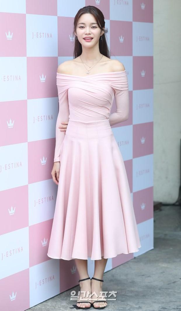 Hyuna lộ áo ngực phản cảm, lấn át cả nữ hoàng trượt băng nghệ thuật Kim Yuna nhờ... môi tều vượt mặt ở sự kiện - Ảnh 14.