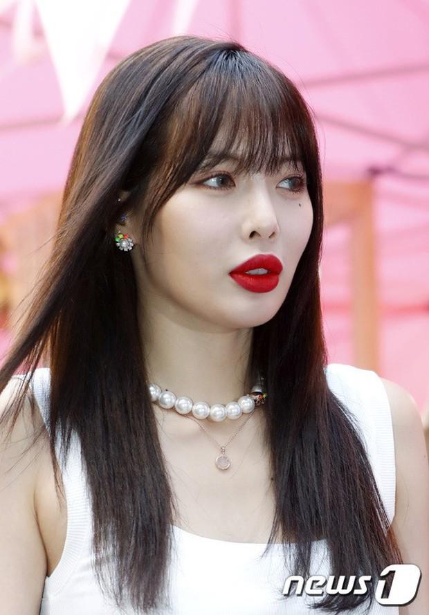 Hyuna lộ áo ngực phản cảm, lấn át cả nữ hoàng trượt băng nghệ thuật Kim Yuna nhờ... môi tều vượt mặt ở sự kiện - Ảnh 3.