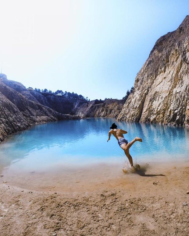 Sốc: Nhập viện hàng loạt sau khi bơi, hồ nước xanh lam nổi tiếng Tây Ban Nha này chính là hiểm họa với du khách - Ảnh 1.