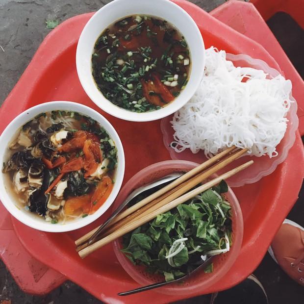 Bạn trai nhà người ta làm food tour dắt bạn gái đi ăn toàn nơi hay ho ở Hà Nội, các cô gái lại được dịp ghen tị - Ảnh 1.