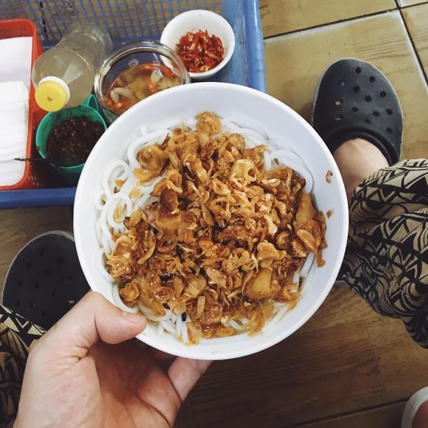 Bạn trai nhà người ta làm food tour dắt bạn gái đi ăn toàn nơi hay ho ở Hà Nội, các cô gái lại được dịp ghen tị - Ảnh 2.