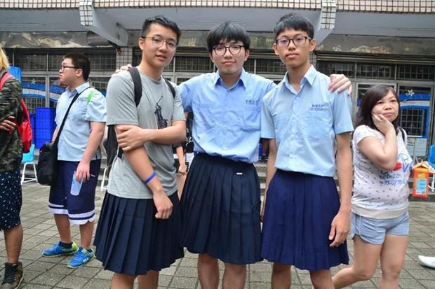 Trường trung học ở Đài Loan lần đầu tiên cho phép nam sinh mặc váy đi học - Ảnh 1.