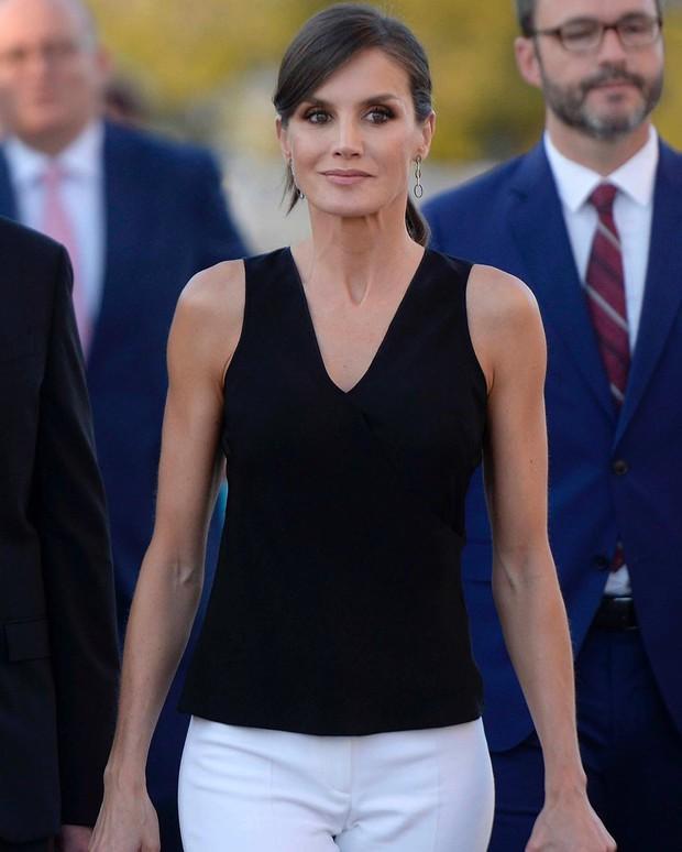 Sở hữu cánh tay săn chắc lực điền nhưng Hoàng hậu Tây Ban Nha lại được khen ngợi hết lời khi diện váy áo sát nách - Ảnh 2.