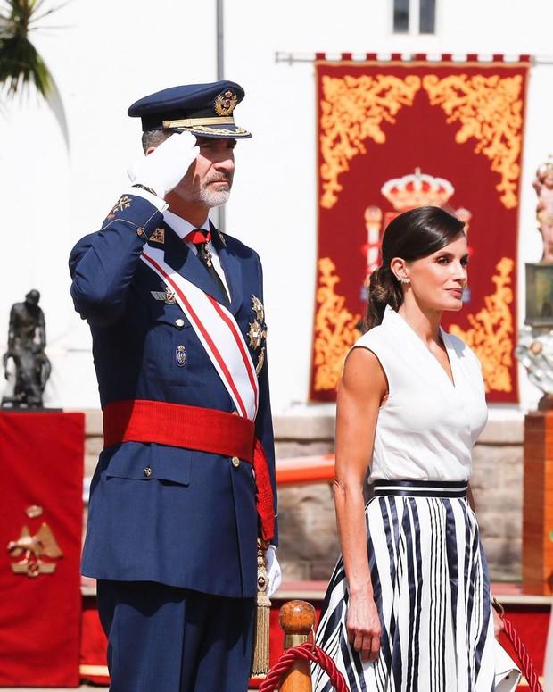 Sở hữu cánh tay săn chắc lực điền nhưng Hoàng hậu Tây Ban Nha lại được khen ngợi hết lời khi diện váy áo sát nách - Ảnh 3.