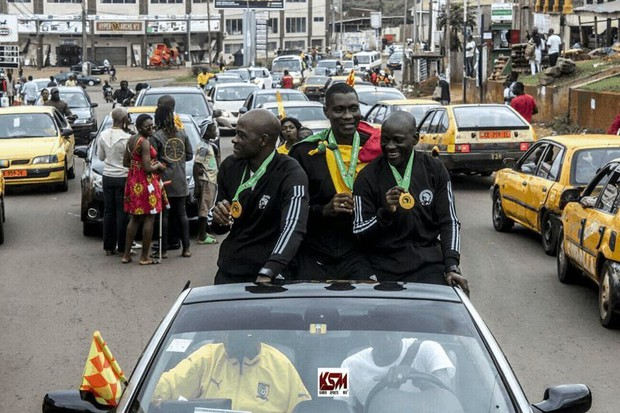 Chuyện chỉ có ở châu Phi: Sau khi bắt chính chung kết cúp châu lục, tổ trọng tài Cameroon hưởng đặc quyền không thể tin nổi ở quê nhà - Ảnh 3.