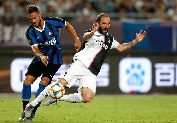 Ronaldo sút phạt thành bàn giải cứu đàn em De Ligt và Juventus - Ảnh 1.