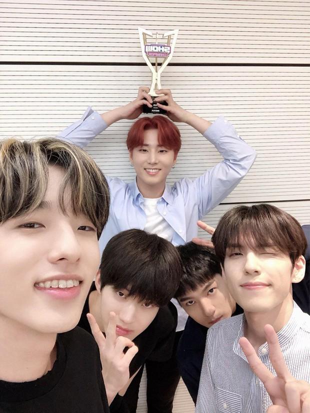 Boygroup tài năng nhà JYP giành chiếc cúp âm nhạc đầu tiên trong sự nghiệp sau 4 năm hoạt động miệt mài - Ảnh 3.