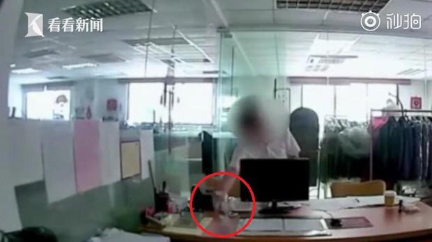 Phát hiện trà có mùi vị lạ, người đàn ông lén lắp camera quan sát và phát hiện ra hành vi ác độc của đồng nghiệp - Ảnh 2.
