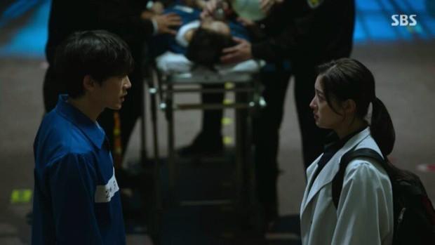Doctor John: Mỹ nam đa nhân cách Ji Sung ở tù mà như ông chủ, dọa y tá mất hồn để tự do khoe múi - Ảnh 4.