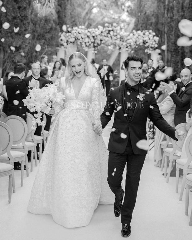 Những đám cưới được mong chờ nhất Hollywood 2019: Người khoe nhẫn kim cương, người tấp nập chuẩn bị hôn lễ - Ảnh 11.
