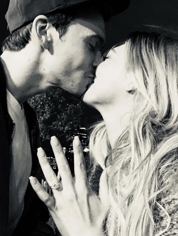 Những đám cưới được mong chờ nhất Hollywood 2019: Người khoe nhẫn kim cương, người tấp nập chuẩn bị hôn lễ - Ảnh 4.
