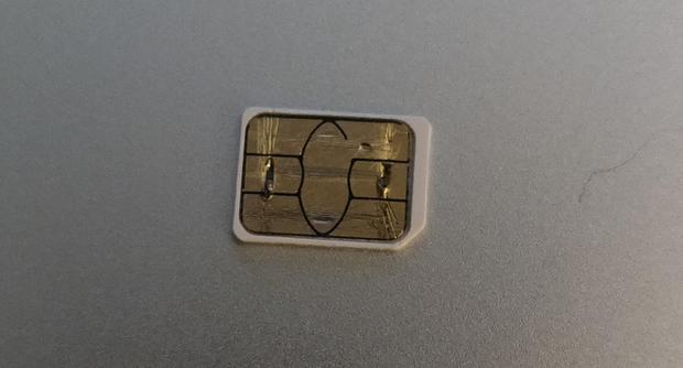 Mẹ phàn nàn iPhone mất sóng, con tháo SIM kiểm tra thì phát hiện điều lạ không thể lý giải - Ảnh 1.
