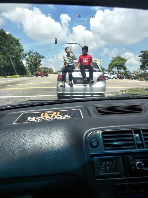 Cảnh tượng khiến người đi đường run rẩy: Tài xế cho con nhỏ đu bám trên nóc xe, lao vun vút trên đường và cái kết đáng đời - Ảnh 4.